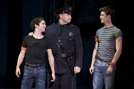 A destra Grant Gustin in West Side Story